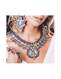 Exaggerated Black Gemstone Decorated Rivet Shape Collar Necklace