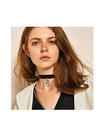 Fashion Black Leaf Pendant Decorated Short Chain Choker
