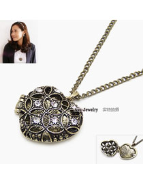 Charming Antique Silver Moon Pendant Decorated Simple Design