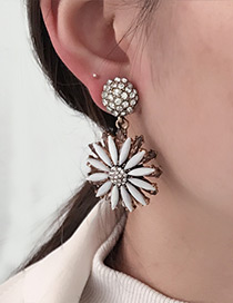 Fashion White Daisy Shape Decorated Earrings
